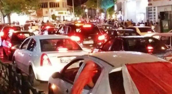 خبرنگاران طرفداران یزدی پرسپولیس غلبه بر تیم استقلال را جشن گرفتند