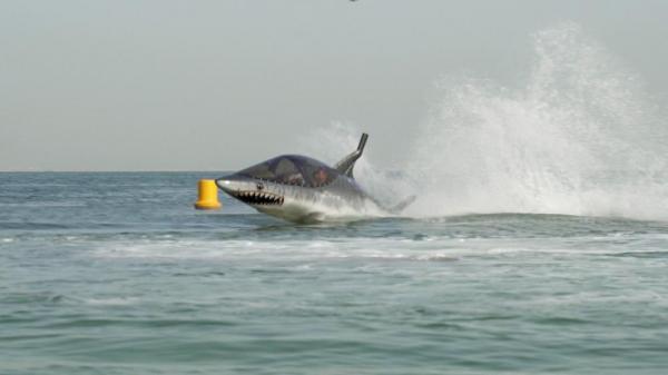 ماجراجویی در دبی؛ سواری با موج شکن کوسه شکل در ساحل جمیرا